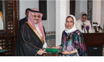 Ashwaq Alnazawi receives hger award from His Highness Prince Mohammed Bin Nawaf