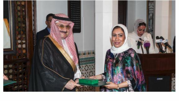 Ashwaq Alnazawi receives hger award from His Highness Prince Mohammed Bin Nawaf