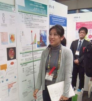 Rie Takahashi discussing her poster with delegates